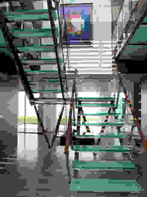 MORADIA TRÓIA Corredores, halls e escadas modernos por Artica by CSS Moderno