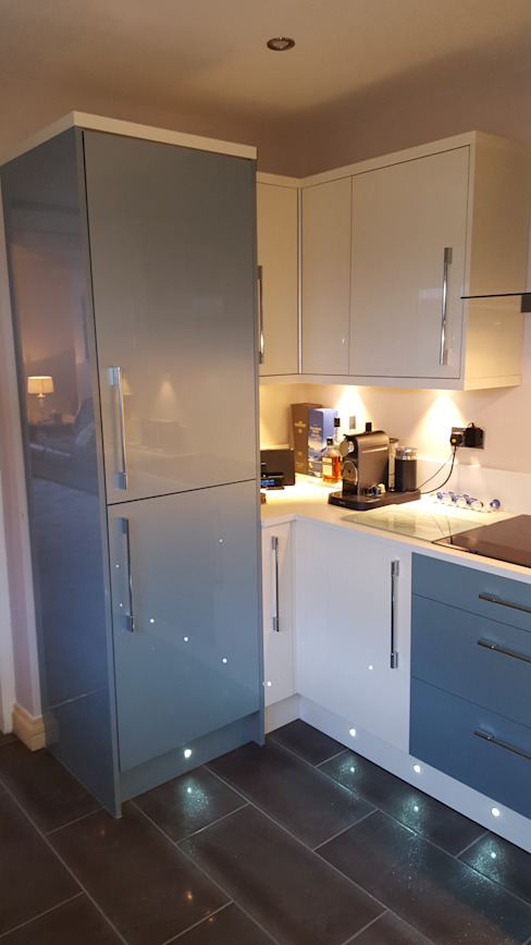 Blue & Cream Gloss Kitchen, Aberdare, South Wales Hitchings & Thomas Ltd Modern style kitchen Blue