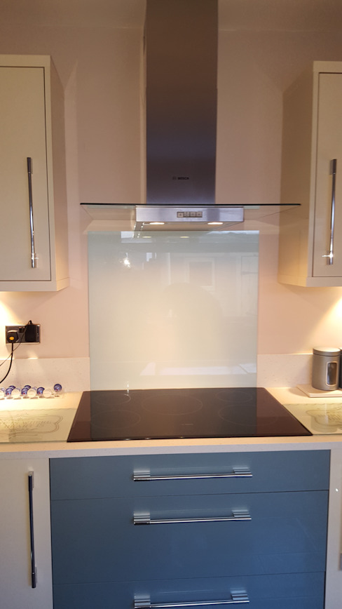 Blue & Cream Gloss Kitchen, Aberdare, South Wales Cucina moderna di Hitchings & Thomas Ltd Moderno