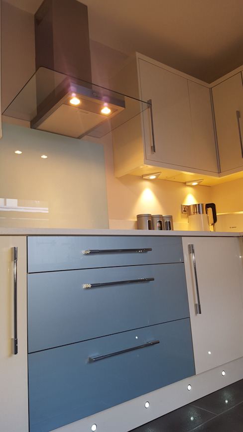Blue & Cream Gloss Kitchen, Aberdare, South Wales من Hitchings & Thomas Ltd حداثي