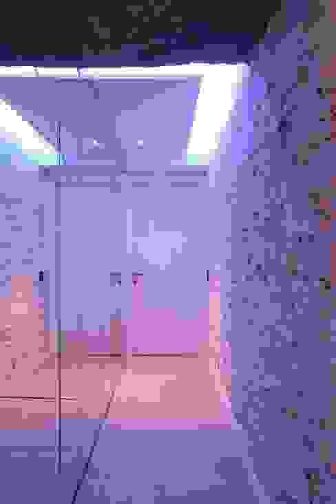 Pasillos, vestíbulos y escaleras de estilo moderno de Michele volpi -studio interior design Moderno
