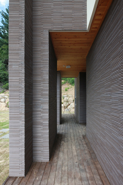 하늘과 직선의 매력이 합해진 집 [양평 명달리]: 윤성하우징의  복도 & 현관,모던