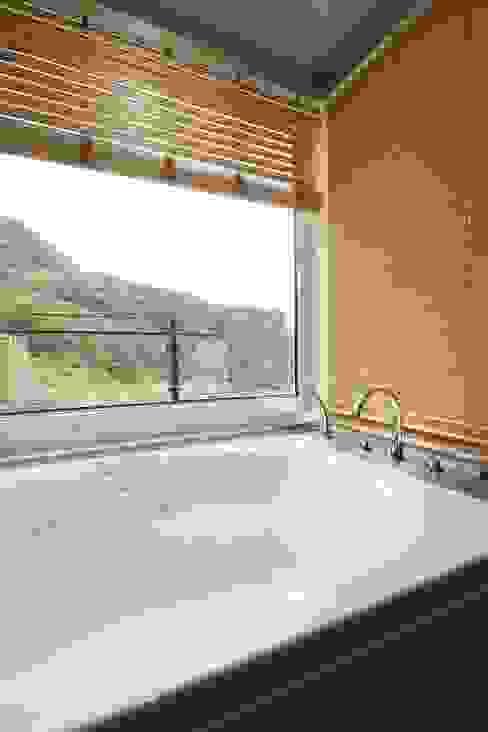 하늘과 직선의 매력이 합해진 집 [양평 명달리] 모던스타일 욕실 by 윤성하우징 모던