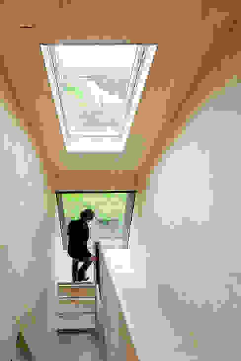 Couloir, entrée, escaliers minimalistes par Kwint architecten Minimaliste