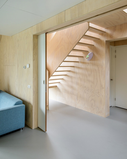Minimalist corridor, hallway & stairs by Kwint architecten Minimalist