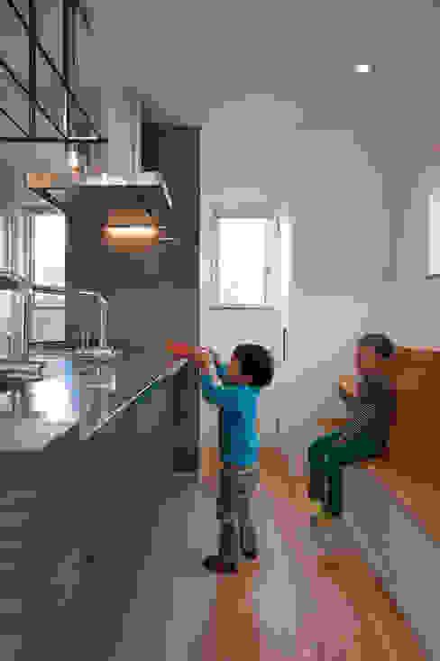 Modern Kitchen by Sakurayama-Architect-Design Modern