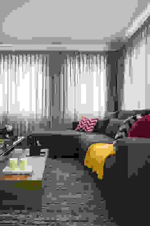por Stefani Arquitetura Moderno Têxtil Ambar/dourado