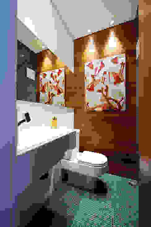 Baños de estilo moderno de Régua Arquitetura Moderno