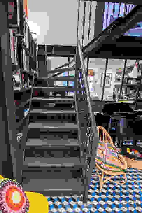 Metal staircase, walk on glass panel and glass infill panels to the kitchen and bathroom Hành lang, sảnh & cầu thang phong cách hiện đại bởi Railing London Ltd Hiện đại