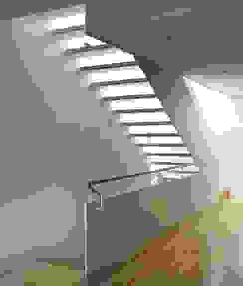 CASA GM Pasillos, vestíbulos y escaleras de estilo moderno de BADIA ARQUITECTES SLP Moderno