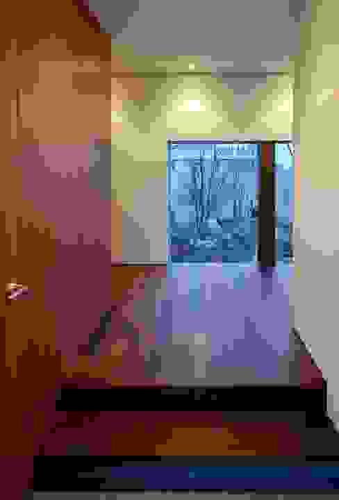 NIIHAMA House 北欧スタイルの 玄関&廊下&階段 の 澤村昌彦建築設計事務所 北欧