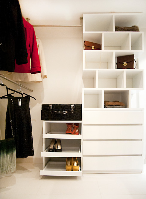 Walk In Closet : Vestidores de estilo  por Redesign Studio,