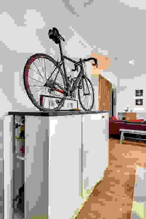 Intervention menuisée autour d'une entrée et d'un séjour Salle à manger moderne par ATELIER FB Moderne