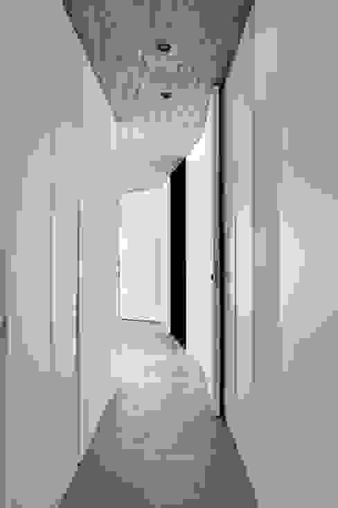 Vestidores y placares minimalistas de toledano + architects Minimalista Hormigón