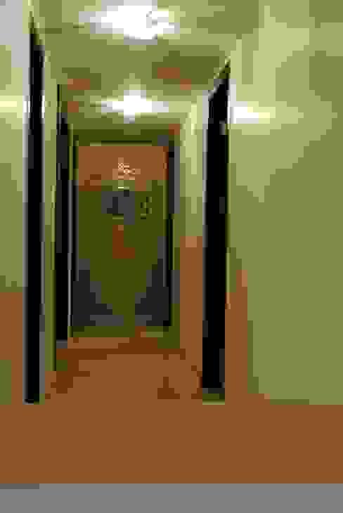 Pebble bay. Modern corridor, hallway & stairs by Construction Associates Modern