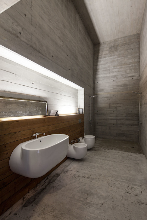 Modern style bathrooms by Carvalho Araújo Modern Concrete