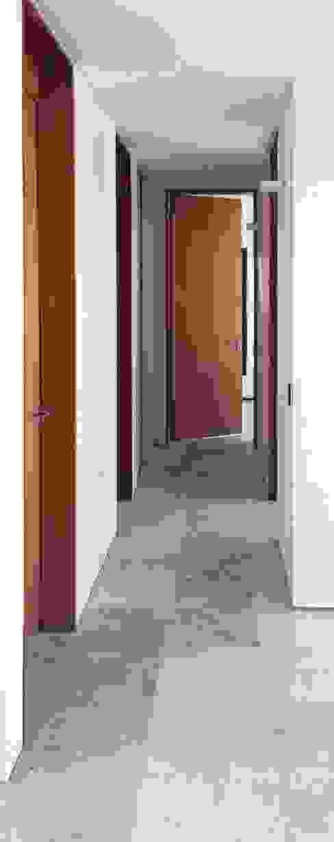 Casa ANV: Pasillos y recibidores de estilo  por Israel & Teper arquitectos