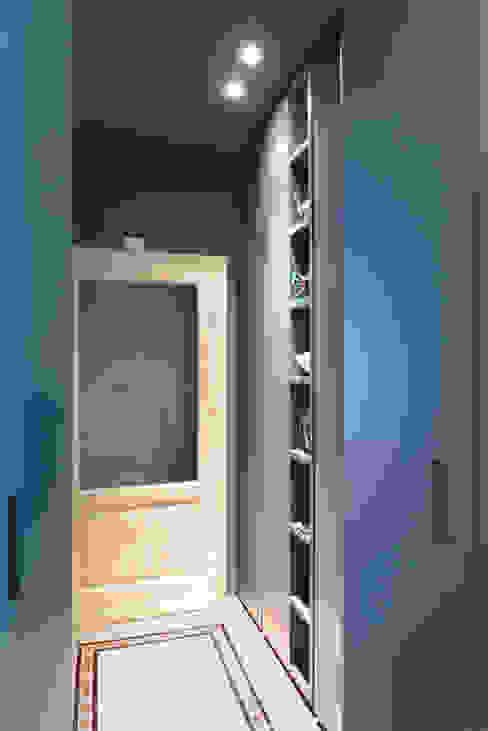 SAFFI VILLETTA Ingresso, Corridoio & Scale in stile minimalista di 02arch Minimalista