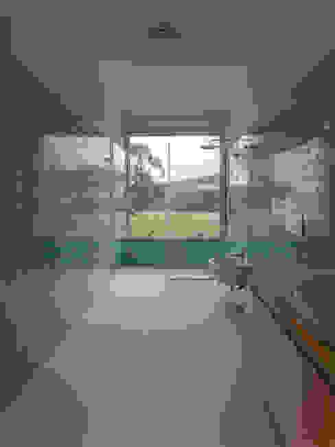Habitação Unifamiliar Monte dos Saltos: Casas de banho  por olgafeio.arquitectura,