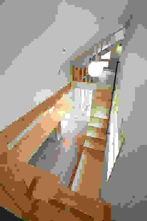 다락에서 내려다본 모습: 주택설계전문 디자인그룹 홈스타일토토의  서재 & 사무실,모던