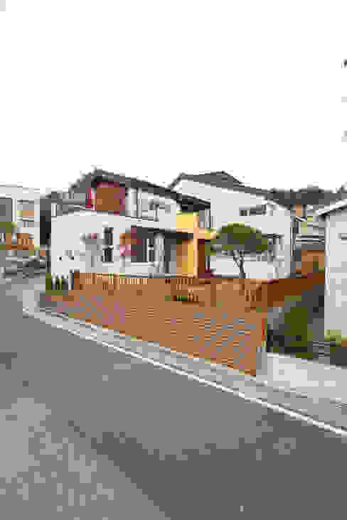 남쪽 마당방향에서의 외관: 주택설계전문 디자인그룹 홈스타일토토의  주택,모던