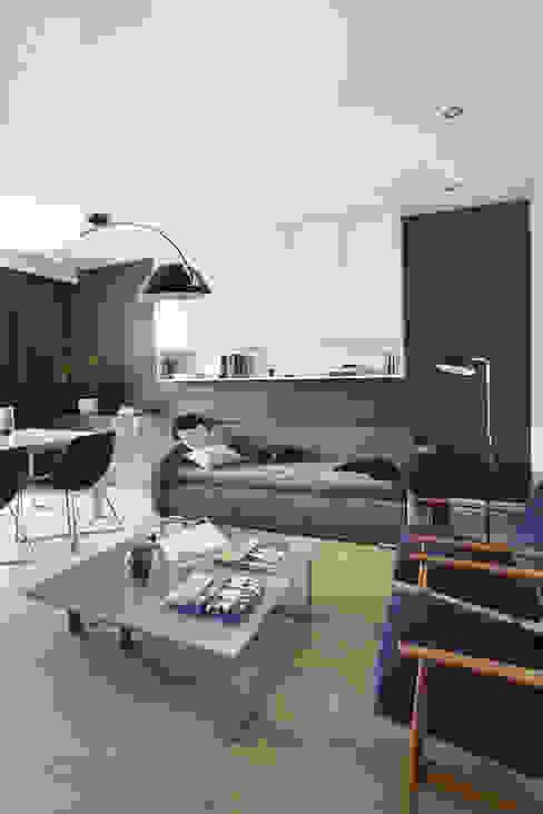 Realizacja projektu mieszkania / Warszawa: styl , w kategorii Salon zaprojektowany przez Hubert Dziedzic Architektura Wnętrz,Klasyczny