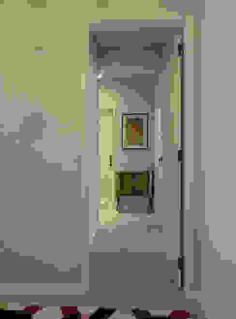 Remodelação de Apartamento, Braço de Prata : Corredores e halls de entrada  por Happy Ideas At Home - Arquitetura e Remodelação de Interiores,