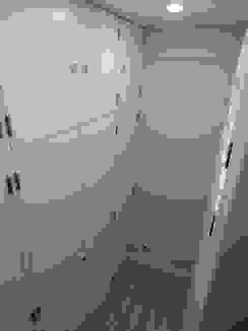 Remodelação de Apartamento, Braço de Prata : Closets  por Happy Ideas At Home - Arquitetura e Remodelação de Interiores,