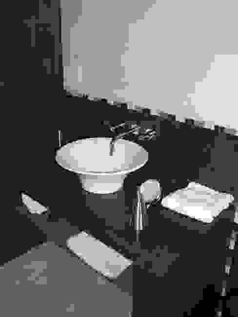 Casa en Berazategui: Baños de estilo  por AyC Arquitectura,Moderno