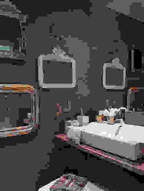 HOUSE OF PLEASURES: Casas de banho  por SA&V - SAARANHA&VASCONCELOS,Moderno