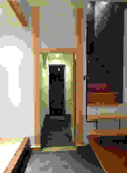 通り庭: 戸田晃建築設計事務所が手掛けた廊下 & 玄関です。,モダン 石