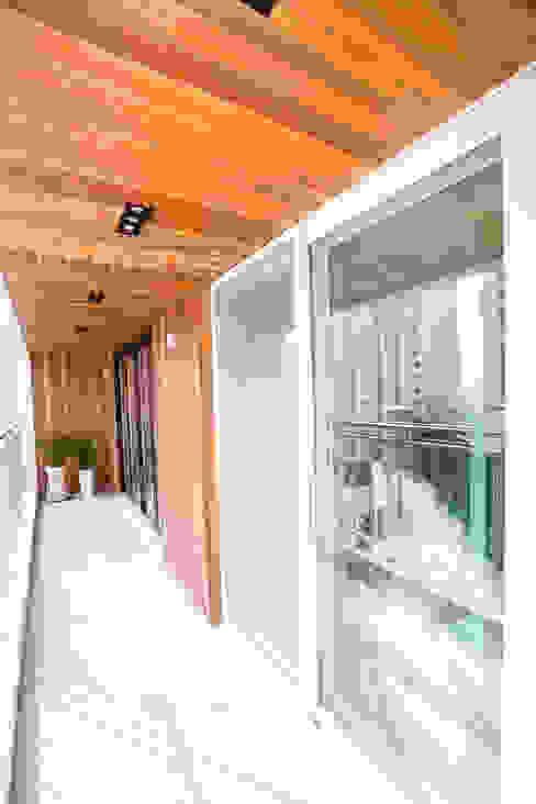 도시적인 감성의 모던 그레이 인테리어 모던스타일 발코니, 베란다 & 테라스 by 퍼스트애비뉴 모던
