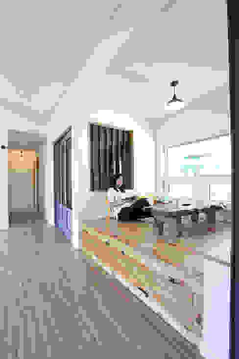Livings de estilo moderno de 주택설계전문 디자인그룹 홈스타일토토 Moderno
