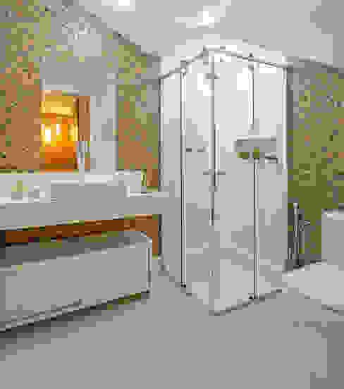 Casa Familiar mineira Banheiros modernos por Laura Santos Design Moderno