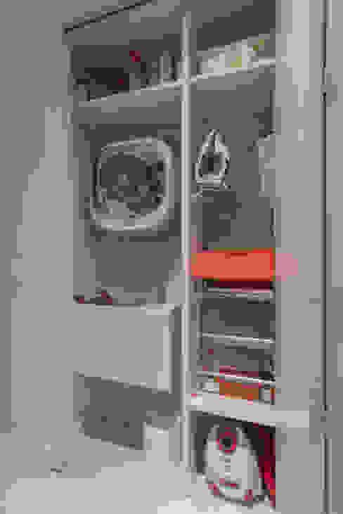 Pequena lavanderia embutida Cozinhas modernas por Carina Dal Fabbro Arquitetura e Interiores Ltda Moderno MDF