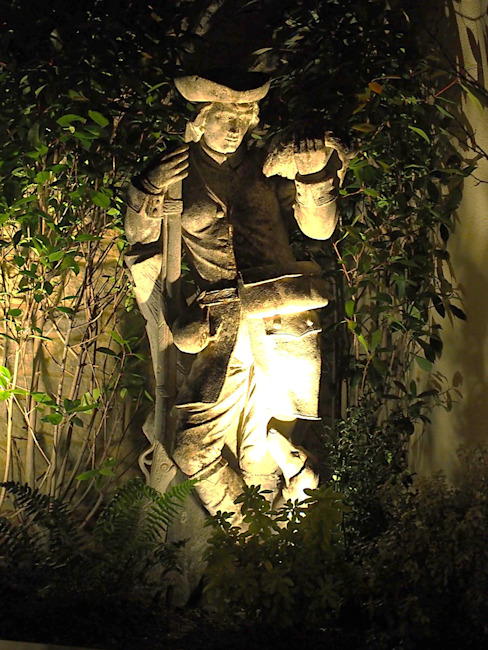 Garden design and vintage stone statue, Bicester, Oxfordshire Decorum . London Jardines de estilo clásico Piedra Beige