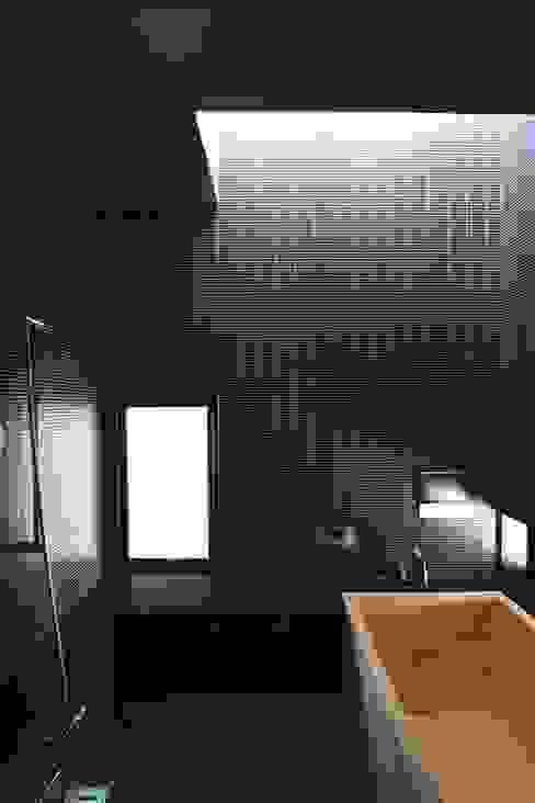 3階の浴室: 中川龍吾建築設計事務所が手掛けた浴室です。,モダン タイル