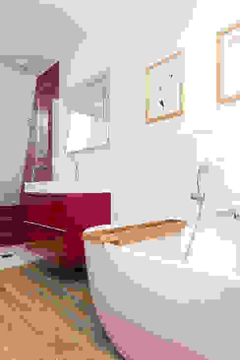 Modern Bathroom by 19 DEGRES Modern