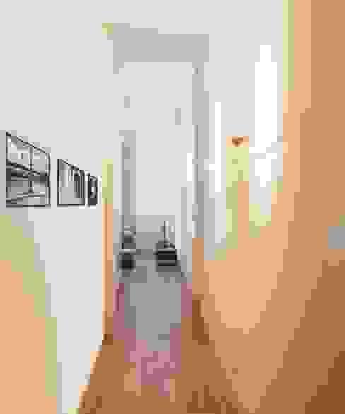Um apartamento moderno - retro Corredores, halls e escadas modernos por Architect Your Home Moderno