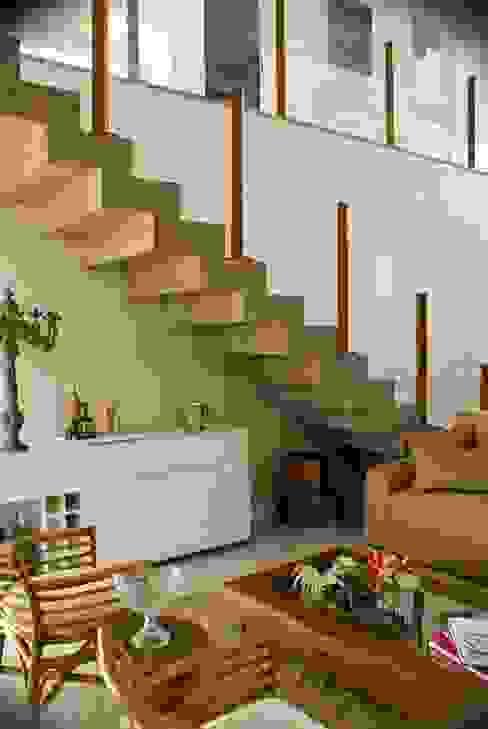 Pasillos, vestíbulos y escaleras modernos de WB Arquitetos Associados Moderno Concreto
