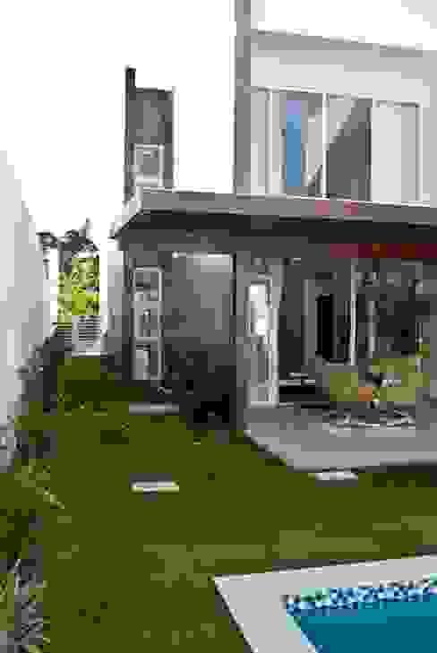 Paredes y pisos de estilo moderno de WB Arquitetos Associados Moderno