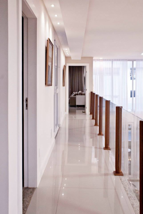 Modern corridor, hallway & stairs by WB Arquitetos Associados Modern