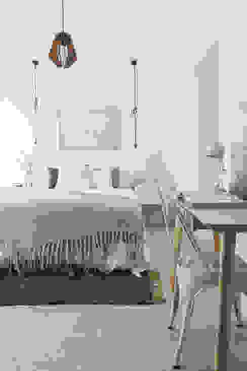 モダンスタイルの寝室 の Architect Your Home モダン
