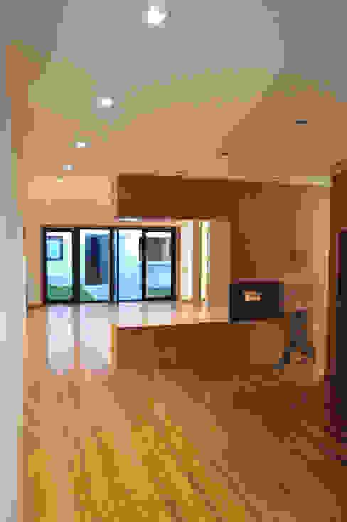 Vila Margarida Salas de jantar modernas por INSIDE arquitectura+design Moderno