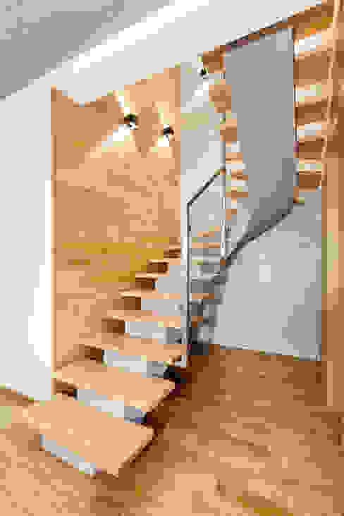 Ingresso, Corridoio & Scale in stile moderno di IN Moderno Legno Effetto legno