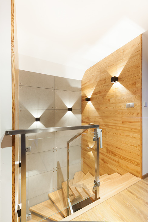 Połączenie drewna i betonu Nowoczesny korytarz, przedpokój i schody od IN Nowoczesny Beton