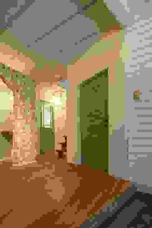 Skandynawski korytarz, przedpokój i schody od dwarf Skandynawski