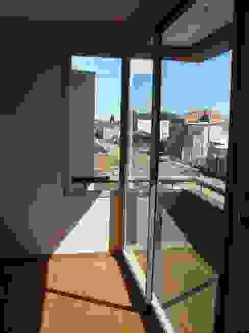 Balcones y terrazas de estilo minimalista de Brarda Roda Arquitectos Minimalista