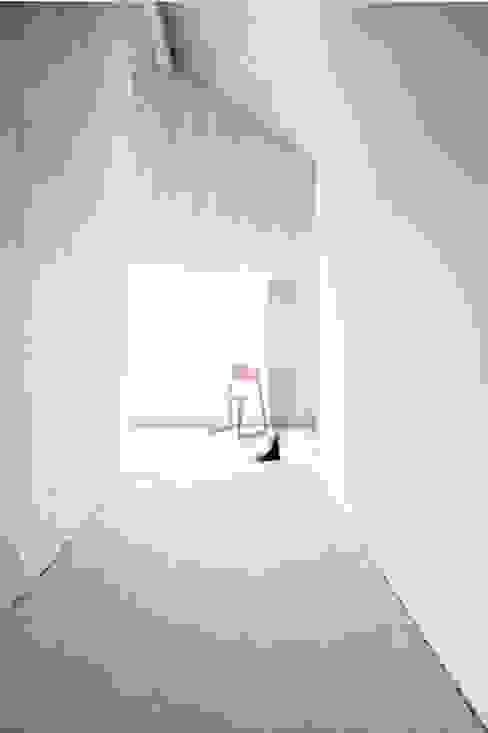 Flur Studio für Architektur Bernd Vordermeier Minimalistischer Flur, Diele & Treppenhaus Holz Weiß