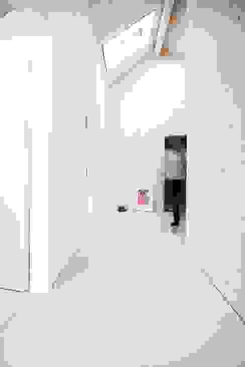 미니멀리스트 복도, 현관 & 계단 by Studio für Architektur Bernd Vordermeier 미니멀 우드 우드 그레인